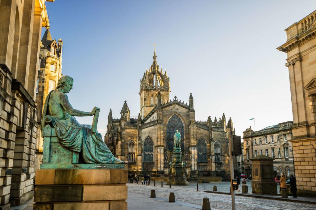 Estatua David Hume en la Ciudad Vieja de Edimburgo