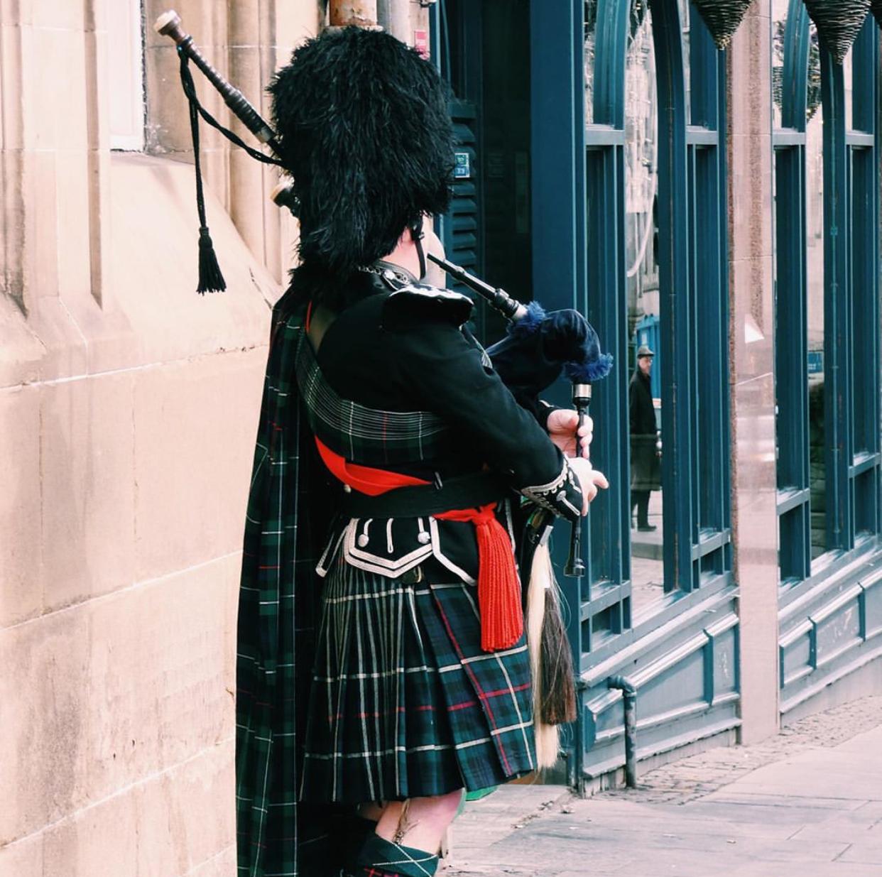 Gaitero tocando la gaita en la Ciudad Vieja de Edimburgo