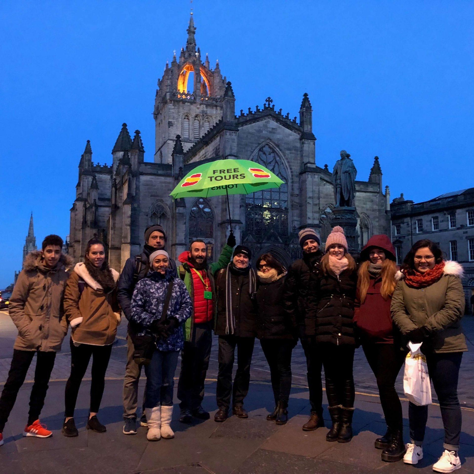 Grupo de viajeros listos para nuestro Free Tour de los Fantasmas