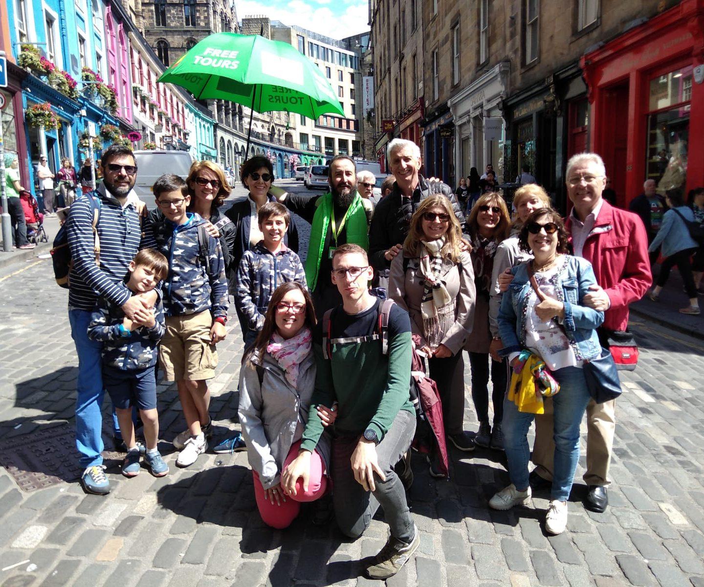 Grupo de turistas con Brújula Free Tours en la Ciudad Vieja de Edimburgo
